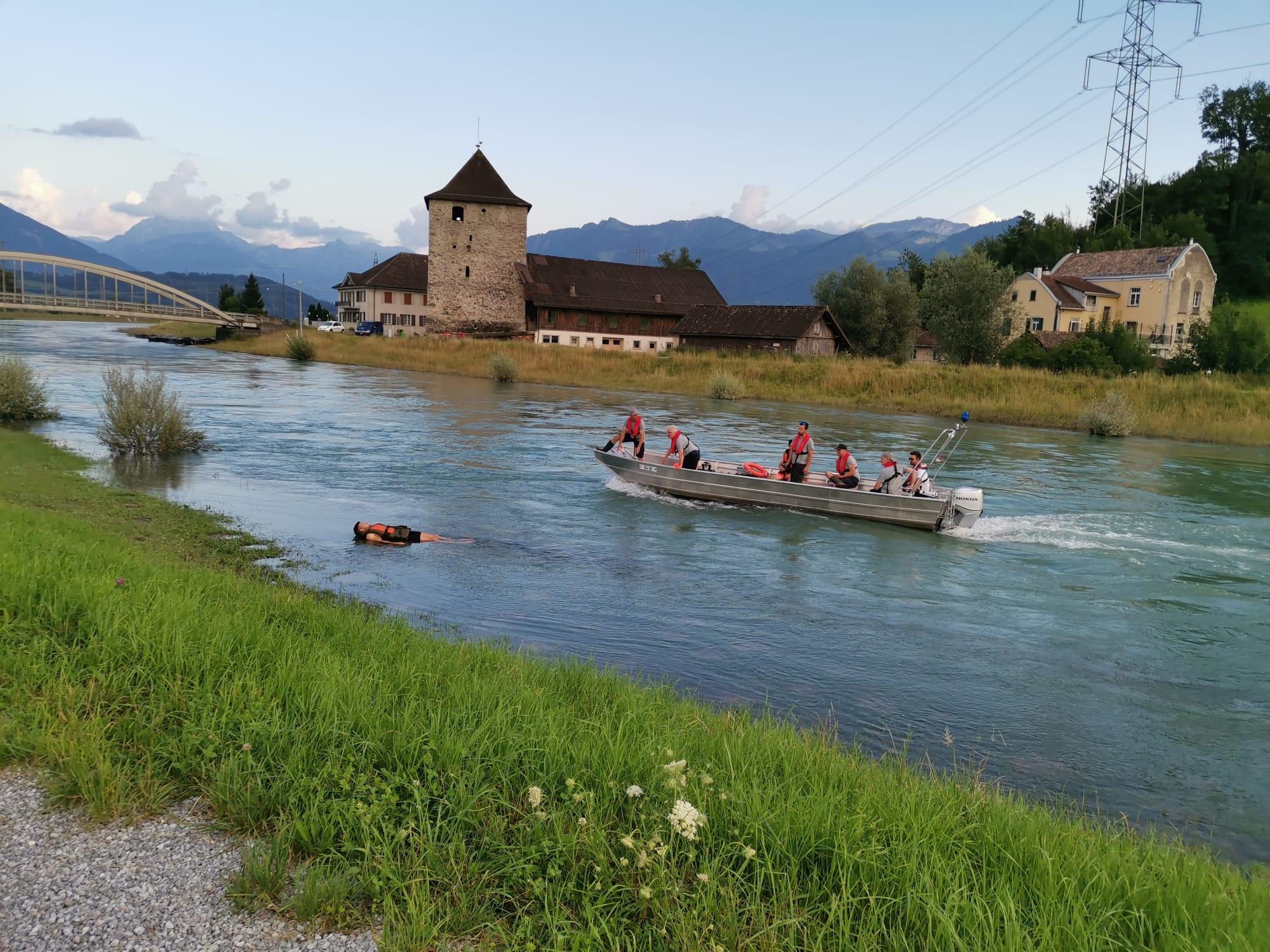 Pontoniere Schmerikon und Seerettung Oberer Zürichsee üben auf der Linth am 19.07.2021