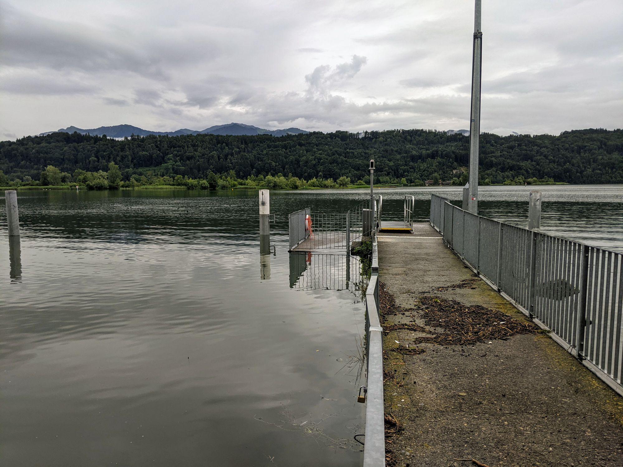 Hochwasser am 13.07.2021. Der tiefere Teil vom Dampfschiffsteg Schmerikon steht schon fast unter Wasser (Foto: Thomas Müller, 8716.ch)