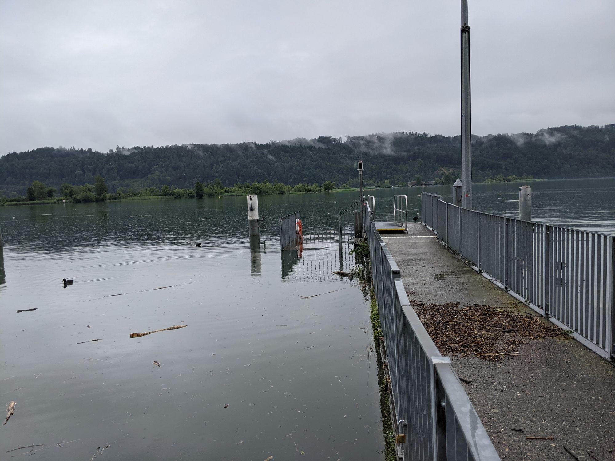 Hochwasser am Dampfschiffsteg in Schmerikon (Foto: Thomas Müller, 8716.ch)