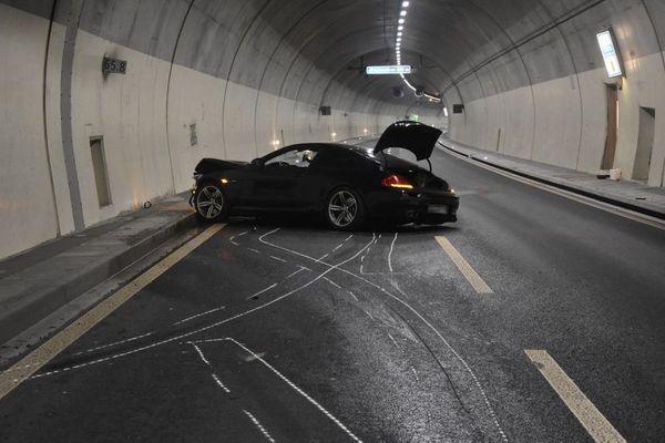 Unfall in Tunnel mit Porsche