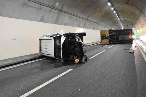 Auto mit Fasnachtsanhänger im Tunnel umgekippt